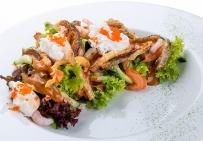 Салат с хрустящим брюшком лосося