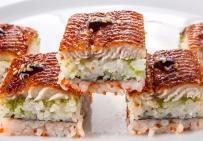 Суши-кейк с угрем и икрой Тобико