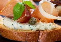 Брускетта с пикантным творожным сыром и прошутто