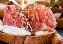 Брускетта с итальянской салями и пармезаном