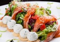 Салат со слабосоленой семгой и творожными шариками