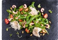 Салат с рукколой, мини-креветками и сыром Пармезан