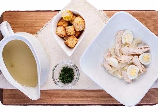 Фото куриного бульона с перепелиным яичком для доставки по Харькову