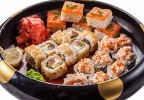 Барабан: суши-кейк с лососем; роллы: