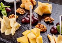 Ассорти сыров с виноградом, медом и орехами
