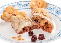 Штрудель яблочно-ореховый с медовой начинкой и вишневым соусом