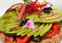 Салат с киноа, вяленой вишней, авокадо и печеніми овощами