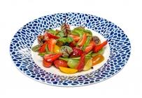 Салат з різними сортами томатів, полуницею, авокадо та ікрою з бальзаміка