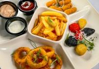 Пивна тарілка: хрусткі сирні палички, кільця цибулі, пікантний сир Чеддер, картопля-фрі, три соуси